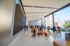 ΣΑΝ ΦΡΑΝΣΊΣΚΟ - 6 ΑΥΓΟΎΣΤΟΥ 2017: Εσωτερικό της Apple Store το στενό γκρι κερασιών πεταλούδων ανθών άνθισης ανασκόπησης έχει το δ Στοκ Εικόνα
