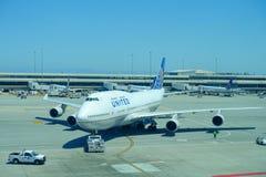 ΣΑΝ ΦΡΑΝΣΊΣΚΟ, ΚΑΛΙΦΟΡΝΙΑ - 11 ΜΑΐΟΥ 2017: Αεροπλάνα των United Airlines στο τερματικό στο διεθνή αερολιμένα του Σαν Φρανσίσκο Στοκ φωτογραφία με δικαίωμα ελεύθερης χρήσης
