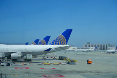 ΣΑΝ ΦΡΑΝΣΊΣΚΟ, ΚΑΛΙΦΟΡΝΙΑ - 11 ΜΑΐΟΥ 2017: Αεροπλάνα των United Airlines στο τερματικό στο διεθνή αερολιμένα του Σαν Φρανσίσκο Στοκ φωτογραφίες με δικαίωμα ελεύθερης χρήσης