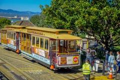 Σαν Φρανσίσκο, Καλιφόρνια - 11 Φεβρουαρίου 2017: Εικονικό παλαιό εκλεκτής ποιότητας τραμ στο στο κέντρο της πόλης Σαν Φρανσίσκο Στοκ Εικόνες