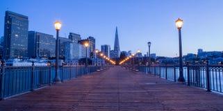 Σαν Φρανσίσκο κεντρικός από την αποβάθρα 7, σούρουπο Στοκ Εικόνες