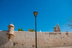 Σαν Φρανσίσκο de Campeche, Μεξικό: Άποψη του παλαιού καθεδρικού ναού Campeche και τους τοίχους φρουρίων στοκ φωτογραφία