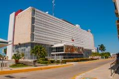 Σαν Φρανσίσκο de Campeche, Μεξικό: Κυβερνητικό κτήριο, στην πρόσοψη του οποίου είναι ένα μωσαϊκό και η σημαία του Μεξικού στοκ φωτογραφία