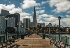 Σαν Φρανσίσκο Transamerica που στηρίζεται στο όμορφο απόγευμα Στοκ εικόνες με δικαίωμα ελεύθερης χρήσης