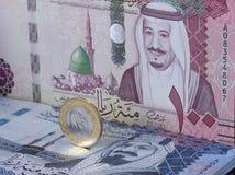 Σαουδικό νόμισμα Riyal που στέκεται πάνω από τα τραπεζογραμμάτια στοκ φωτογραφίες