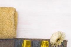 Σαπούνι και άσπρο λουλούδι gerbera Εξαρτήματα λουτρών SPA Θεραπεία αρώματος Στοκ Φωτογραφίες