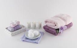 Σαπούνι λουτρών πολυτέλειας, βόμβες λουτρών, και πετσέτες Στοκ Εικόνες