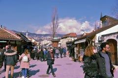 Σαράγεβο, Ευρώπη 09 02 2018, παλαιά κεντρική για τους πεζούς περιοχή πόλεων με τα μικρά καταστήματα Στοκ εικόνα με δικαίωμα ελεύθερης χρήσης