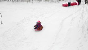 Σαράτοβ/Ρωσία - 8 Μαρτίου 2018: Τα παιδιά οδηγούν με μια φωτογραφική διαφάνεια πάγου εξωτικός γίνοντας ωκεάνιος χιονάνθρωπος άμμο απόθεμα βίντεο