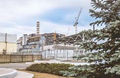 Σαρκοφάγος της τέταρτης μονάδας ισχύος του πυρηνικού σταθμού του Τσέρνομπιλ μετά από το ατύχημα στοκ εικόνα με δικαίωμα ελεύθερης χρήσης