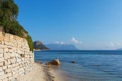 Σαρδηνιακή ακτή σε Golfo Aranci, Ιταλία. Στοκ Εικόνες