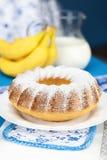Σαρλόττα με την κονιοποιημένες ζάχαρη και την μπανάνα Στοκ Εικόνα
