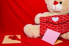 σας αγαπώ Valentine& x27 καρδιές του s στο κόκκινο υπόβαθρο φακέλων Σύμβολο της αγάπης Ευτυχής έννοια υποβάθρου ημέρας βαλεντίνων Στοκ Εικόνες