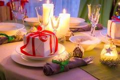 Σας απολαύστε πίνακας Χριστουγέννων θέτοντας για τη Παραμονή Χριστουγέννων Στοκ φωτογραφία με δικαίωμα ελεύθερης χρήσης