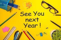 Σας δείτε του χρόνου - υπόμνημα στον κίτρινο πίνακα γραφείων ερχομός έτους του 2019 νέος στοκ εικόνες
