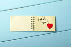 Σας ευχαριστούμε, σπειροειδές σημειωματάριο Α που έχει την ξύλινη κόκκινη καρδιά λέξεων Στοκ εικόνα με δικαίωμα ελεύθερης χρήσης