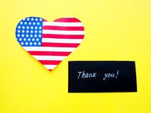 Σας ευχαριστούμε υπογράφει σε έναν πίνακα κιμωλίας με τη αμερικανική σημαία στο κίτρινο υπόβαθρο, ΗΠΑ στοκ φωτογραφίες