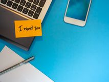 Σας θέλω για να είμαι ένα μήνυμα στην επιστολή στο μπλε υπόβαθρο στοκ εικόνες