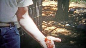 ΣΑΤΑΝΟΥΓΚΑ, ΗΠΑ - 1953: Ένας αγρότης φραουλών επιδεικνύει τα τέλεια μούρα δειγμάτων του φιλμ μικρού μήκους