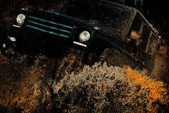Σαφάρι suv Το πλαϊνό όχημα πηγαίνει στον τρόπο βουνών Πλαϊνό όχημα που βγαίνει από έναν κίνδυνο τρυπών λάσπης Το Mudding είναι κλ στοκ φωτογραφία με δικαίωμα ελεύθερης χρήσης