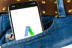 Σαφές εικονίδιο εφαρμογής AdWords Google στο iPhone Χ της Apple οθόνη στην τσέπη τζιν Οι λέξεις αγγελιών Google εκφράζουν το εικο Στοκ Εικόνες