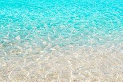 Σαφές διαφανές θαλάσσιο νερό, θερινή παραλία Στοκ Εικόνα