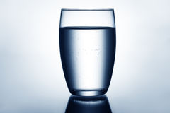 Σαφές και πλήρες ποτήρι του νερού Στοκ φωτογραφία με δικαίωμα ελεύθερης χρήσης