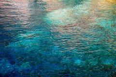 Σαφές, μπλε, τυρκουάζ νερό Ocen με τους κυματισμούς στοκ εικόνα με δικαίωμα ελεύθερης χρήσης