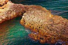 Σαφές νερό θερέτρου θάλασσας με το όμορφο φυσικό υπόβαθρο νησιών βράχου Στοκ φωτογραφίες με δικαίωμα ελεύθερης χρήσης