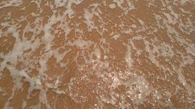 Σαφές νερό παραλιών άμμου Στοκ φωτογραφία με δικαίωμα ελεύθερης χρήσης