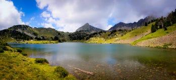Σαφές νερό Cristal σε μια λίμνη βουνών Στοκ Εικόνα