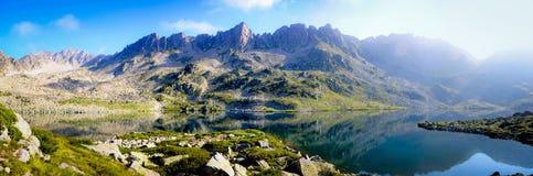 Σαφές νερό Cristal σε μια λίμνη βουνών στοκ εικόνες
