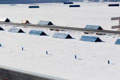 Σαφές σκι που οργανώνεται κοντά στη γραμμή τερματισμού Στοκ Φωτογραφία