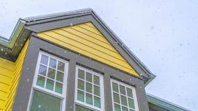 Σαφές σπίτι πανοράματος στη χαραυγή Γιούτα με τον κίτρινο τοίχο και αντανακλαστικά παράθυρα γυαλιού ενάντια στον ουρανό στοκ φωτογραφίες
