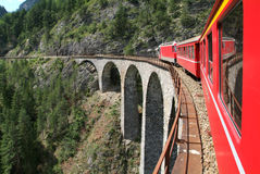 Σαφές τραίνο Bernina στα ελβετικά όρη Στοκ Εικόνες