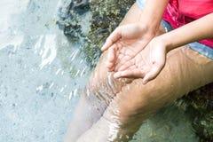Σαφές φυσικό νερό στα χέρια γυναικών στοκ εικόνες