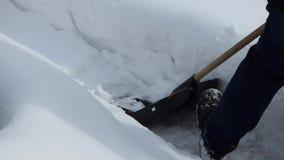 Σαφές χιόνι ατόμων με το φτυάρι φιλμ μικρού μήκους