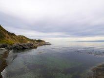 Σαφές ωκεάνιο νερό στον κρυμμένο απομονωμένο κόλπο με μια παραλία βράχου Στοκ φωτογραφίες με δικαίωμα ελεύθερης χρήσης
