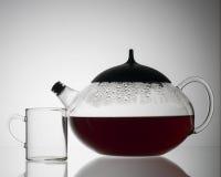 Σαφές teapot με το θερμό τσάι Στοκ Φωτογραφίες
