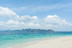 Σαφής άποψη της τροπικής παραλίας στοκ φωτογραφία με δικαίωμα ελεύθερης χρήσης