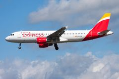 Σαφής επιβάτης αεροπλάνου ΕΚ-LVQ airbus A320 του Iberia που προσγειώνεται στον αερολιμένα της Φρανκφούρτης στοκ φωτογραφία