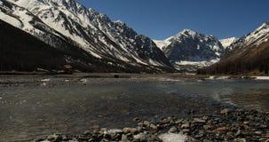 Σαφής ημέρα άνοιξη ποταμών βουνών, οι κυματισμοί στο νερό 4K ψήφισμα απόθεμα βίντεο