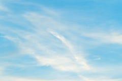 Σαφής ημέρα μπλε ουρανού με το φύσηγμα αέρα Στοκ εικόνα με δικαίωμα ελεύθερης χρήσης