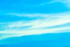 Σαφής ημέρα μπλε ουρανού με το φύσηγμα αέρα Στοκ Εικόνα