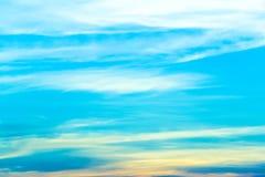 Σαφής ημέρα μπλε ουρανού με το φύσηγμα αέρα Στοκ φωτογραφίες με δικαίωμα ελεύθερης χρήσης