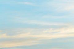 Σαφής ημέρα μπλε ουρανού με το φύσηγμα αέρα Στοκ Φωτογραφίες