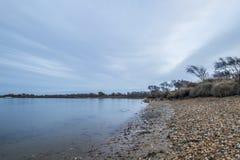 Σαφής θάλασσα με τα δραματικά σύννεφα Στοκ φωτογραφία με δικαίωμα ελεύθερης χρήσης