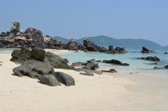 Σαφής θέση διακοπών θαλάσσιου νερού βράχου ακροθαλασσιών φύσης στοκ εικόνες με δικαίωμα ελεύθερης χρήσης