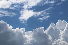 Σαφής μπλε ουρανός με τα σύννεφα σωρειτών και cirrus ηλιόλουστος καιρός χαρούμενη διάθεση Υψηλή πίεση Οικολογία καθαρού αέρα Νερό Στοκ Φωτογραφίες