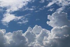 Σαφής μπλε ουρανός με τα σύννεφα σωρειτών και cirrus ηλιόλουστος καιρός χαρούμενη διάθεση Υψηλή πίεση Οικολογία καθαρού αέρα Νερό Στοκ εικόνα με δικαίωμα ελεύθερης χρήσης